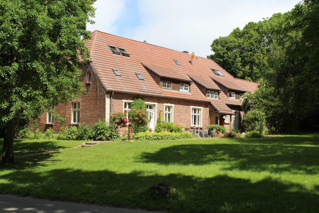 Wohnheim Kransdorf, grüne Wiese, Bäume, Himmel